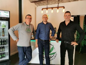 Mister Cannabis, Franchisepartner Alexander Wittlif ( mitte )